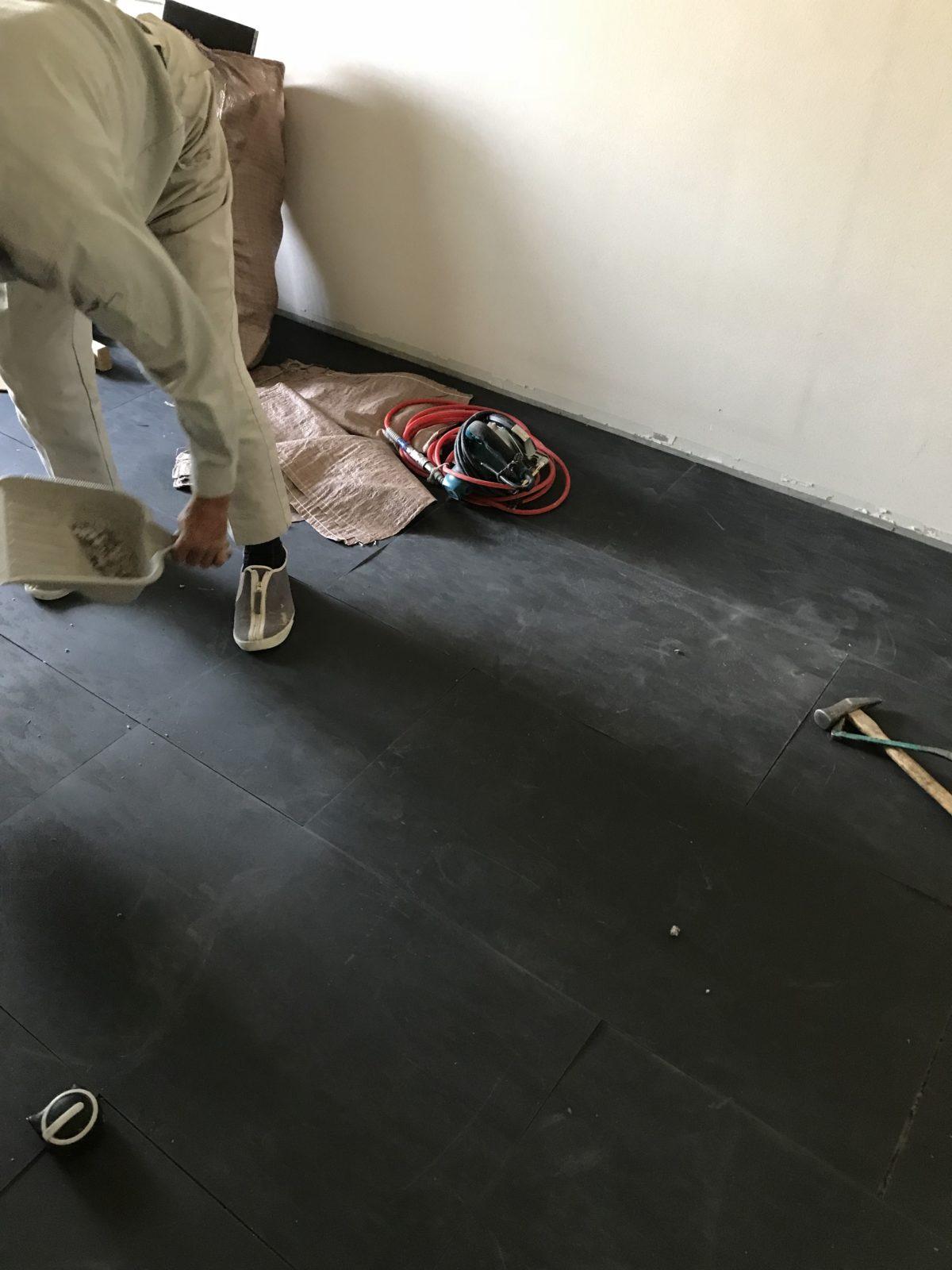 遮音材を敷き詰め、上に下地材を置きフローリングを施工します。